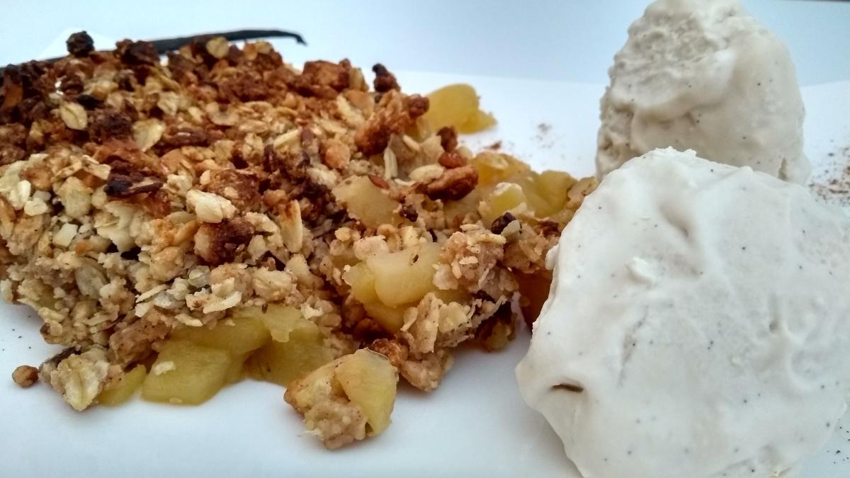 crumble con helado 2 - Crumble de manzana con helado de vainilla vegano
