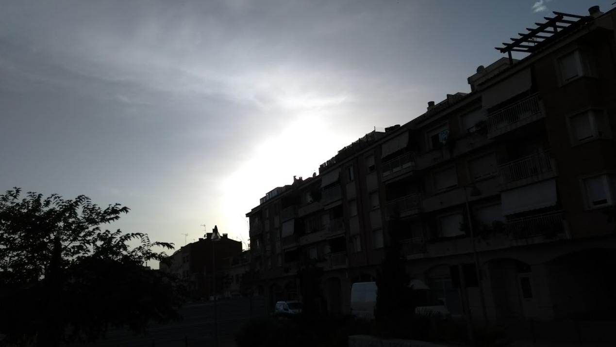 barrio oscureciendo